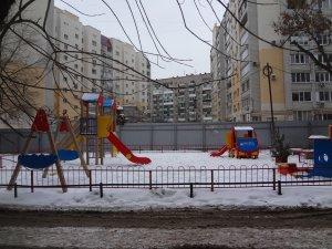 УК собирают с граждан деньги на обслуживание «партийных» детских площадок